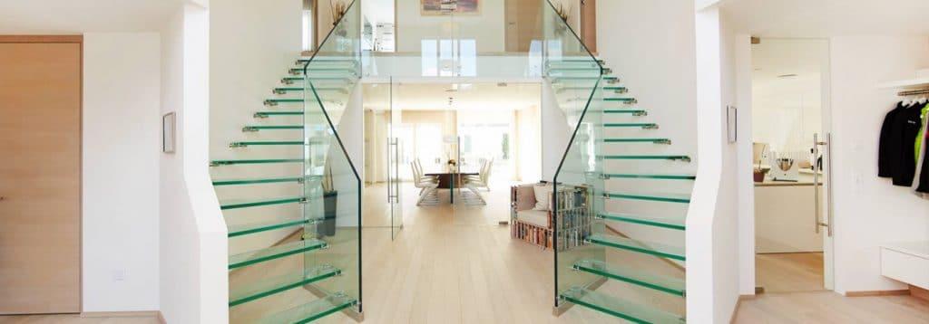 escaleras y barandillas de cristal